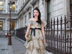 【蜗牛扑克】余晚晚穿抹胸裙亮相时装周看秀 化身小仙女优雅秀锁骨