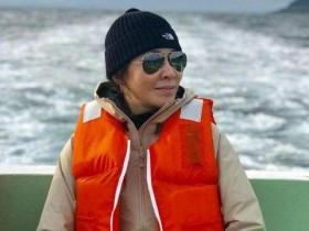 【蜗牛扑克】刘嘉玲晒男友视角照 与梁朝伟海钓 手提大鱼超开心!网友:也老了