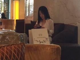 【蜗牛扑克】47岁杨钰莹近照曝光 打扮时尚优雅似少女