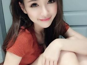 【蜗牛扑克】台湾美女正妹卡卡儿 躺沙发上倒奶照令人想犯规