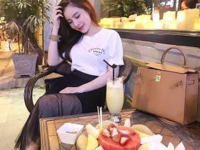 【蜗牛扑克】越南越胸正妹身材玲珑有致 低头吃寿司豪乳呼之欲出