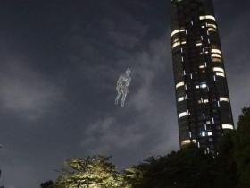 【蜗牛扑克】空气人漂浮六本木夜空 奇幻夜晚星空堪比科幻电影