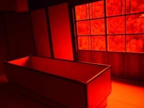 【蜗牛扑克】行为艺术家打造奇葩民宿 晚上睡棺材做梦令人不寒而栗