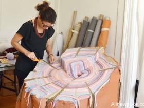 【蜗牛扑克】织品艺术家将已故父亲衣服重塑成装置成树桩 吊念逝去的时间