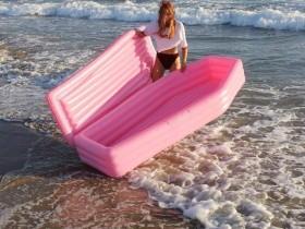 【蜗牛扑克】棺材气垫床你敢尝试吗 躺进棺材气垫海上漂流变成浮尸