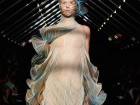 """【蜗牛扑克】最""""鸟""""高级时装设计 服装设计师融入鸟类飞翔姿态"""