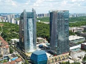 【蜗牛扑克】贵州人工瀑布大楼蔚为壮观 人造瀑布吸引游客