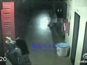 【蜗牛扑克】监控实拍,寂寞窃贼入室行窃,给跪了