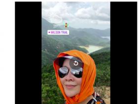 蜗牛扑克:刘嘉玲晒登山素颜自拍,头上的橙色方巾太抢眼了