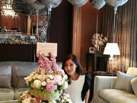 蜗牛扑克:李嘉欣庆祝48岁生日 与花合影美貌依旧