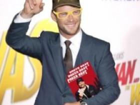 【蜗牛扑克】Chris Hemsworth以Phil Hellmuth的装扮出席电影首映礼