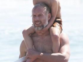 【蜗牛扑克】埃里克·约翰逊海滩度假驮儿子骑大马 教女儿冲浪耐心细致超暖心