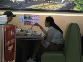 【蜗牛扑克】网友加拿大偶遇王祖贤吃火锅 雪肤黑发气质很温婉