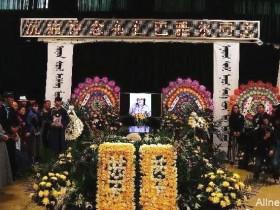 """【蜗牛扑克】吉祥三宝""""爸爸""""告别仪式现场 众人冒雨前来含泪送别"""