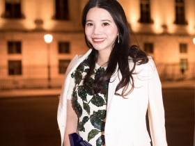 【蜗牛扑克】余晚晚现身巴黎时装周Givenchy秀  优雅迷人笑靥如花