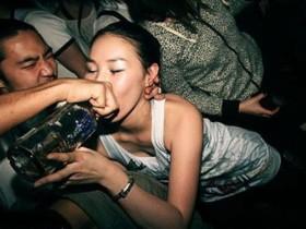 【蜗牛扑克】清秀OL酒后醒来发现被3P且全身都是体液,怒告后警察反而拿出影片把她的脸都打烂!