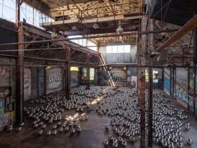 【蜗牛扑克】草间弥生《自恋庭园》再现纽约 传奇艺术家用1500颗镜面金属球重现经典装置艺术