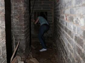 【蜗牛扑克】租住房发现秘密地窖 密室中有一神秘大洞