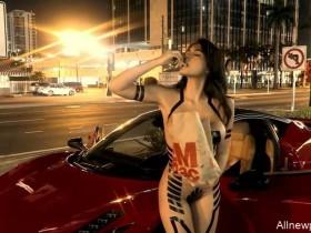 【蜗牛扑克】美女裸体什么样无遮挡 辣妹胶带比基尼去买麦当劳好性感