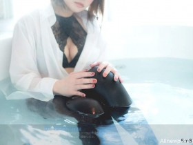 """【蜗牛扑克】Coser正妹上演""""湿身黑丝袜"""" 黑丝袜美女性感撩人"""