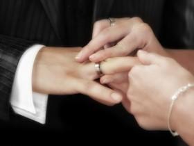 """【蜗牛扑克】男友用被前任拒绝的婚戒求婚 女友无法接受""""一戒两用"""""""