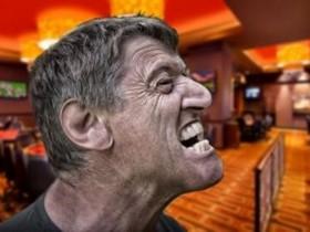 【蜗牛扑克】德州扑克玩家在大盲底池赛事中发怒