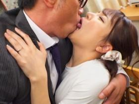 【蜗牛扑克】欲求不满人妻「加藤ももか」被老公上司亲一亲就自愿开腿欢迎光临