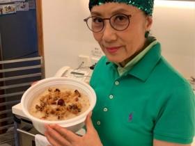 【蜗牛扑克】72岁汪明荃做饭晒照,一人雇三名家佣干活,晚年生活十分悠闲