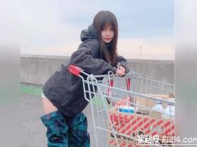 """【蜗牛扑克】日本正妹穿了像""""裤子脱一半""""的时尚长靴去逛好市多 引来观众围观!"""
