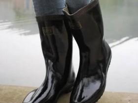 【蜗牛扑克】现在还有人穿雨鞋吗?