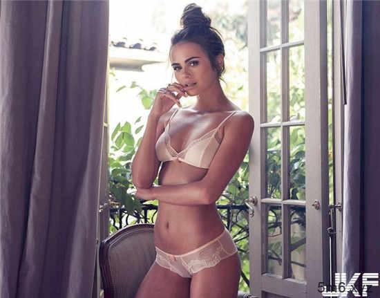 【蜗牛扑克】欧美正妹Xenia Deli调情影片尺度大开 羞涩美女蜕变熟魅力女人