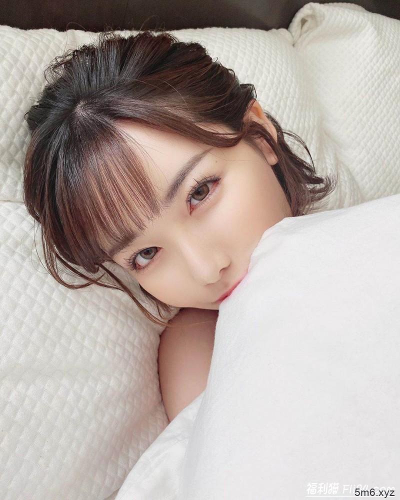 """【蜗牛扑克】深田咏美""""全身只捲一条被单"""" 躺床甜笑:一起再睡一下呀~"""