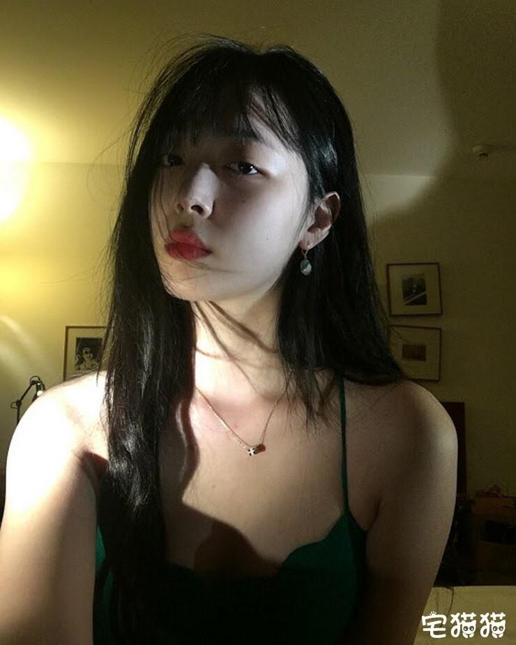 【蜗牛扑克】韩国当红女团明星Sulli(雪莉)上身真空凸点照/无胸罩照片曝光!