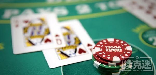 【蜗牛扑克】德州扑克中危险面击中暗三,是下注还是过牌?