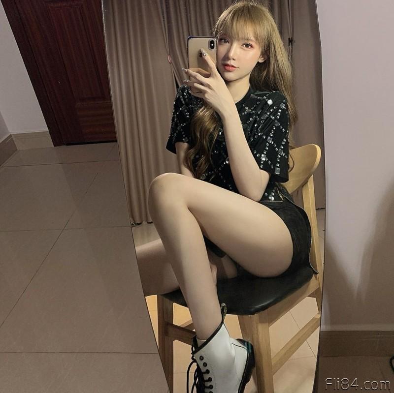 """【蜗牛扑克】今日妹子图20200328:越南网红洋娃娃""""Mym""""长相优质,身材也是极品!"""