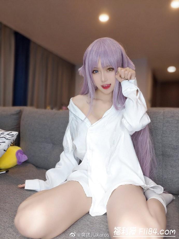 【蜗牛扑克】腐团儿微博晒cosplay照 看到中指没有美甲后网友不淡定了!
