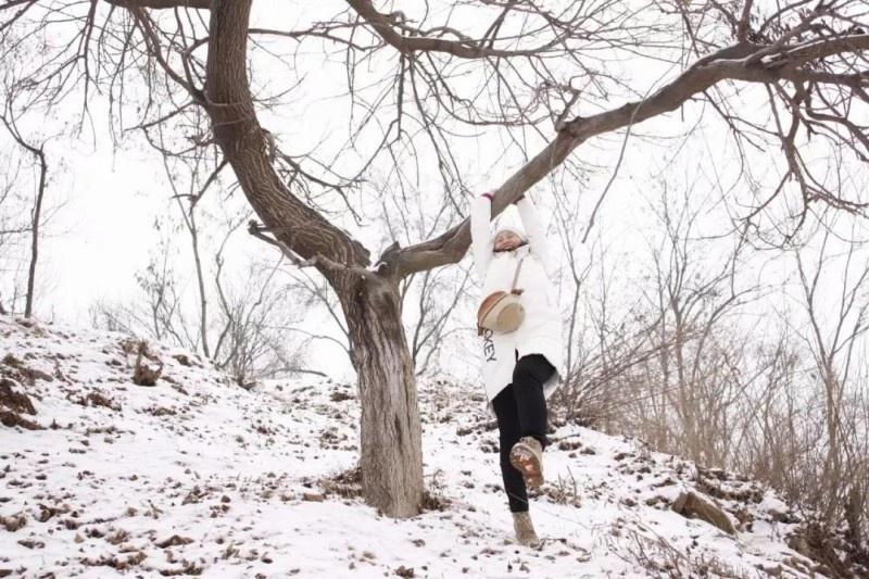 【蜗牛扑克】镜头里,她红嘴白牙,俨然另一种美丽。 偶尔抖落一簇枝头的落雪,那种扑簌簌下落的雪花是一种诗一样的意境。
