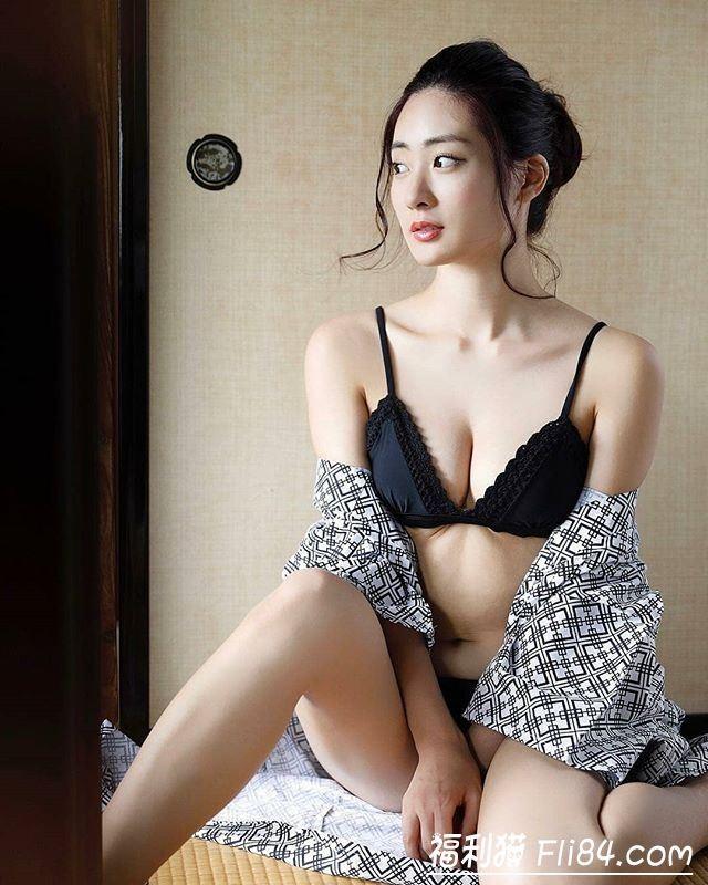 【蜗牛扑克】每日妹子图20200305:日本第一美臀池尻爱梨白嫩蜜桃臀曲线超诱人!