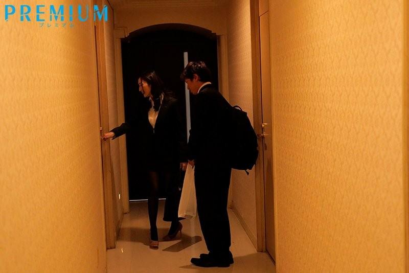"""【蜗牛扑克】真香…与巨乳前辈""""Julia""""旅馆睡一晚!性器超契合""""啪啪到天亮""""不戴套!"""