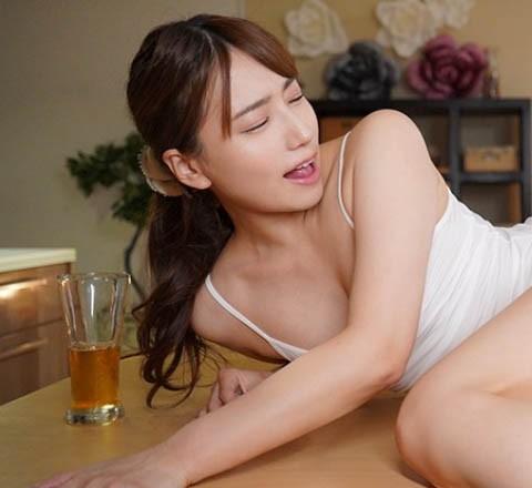 "【蜗牛扑克】主管醉倒在一旁…美人老婆""初川みなみ""主动勾引?趁他睡着""疯狂入侵""!"