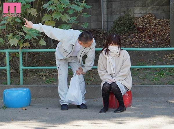 """【蜗牛扑克】要来叔叔家吗?巨乳少女""""水卜さくら""""遭欧吉桑""""诱拐监禁""""从早到晚用工具喂食!"""