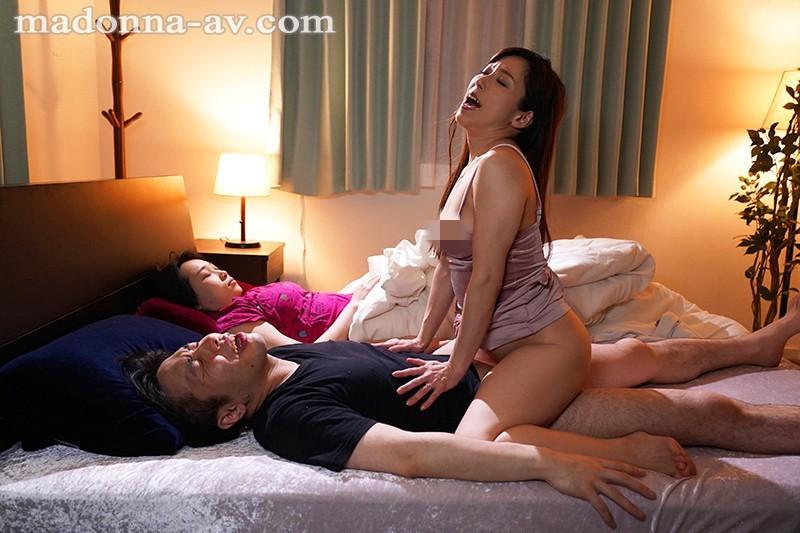"""【蜗牛扑克】JUY-903 :趁着妹妹睡着,女友姐姐""""白木优子""""偷偷扎进妹夫的被窝里吃鸡!"""