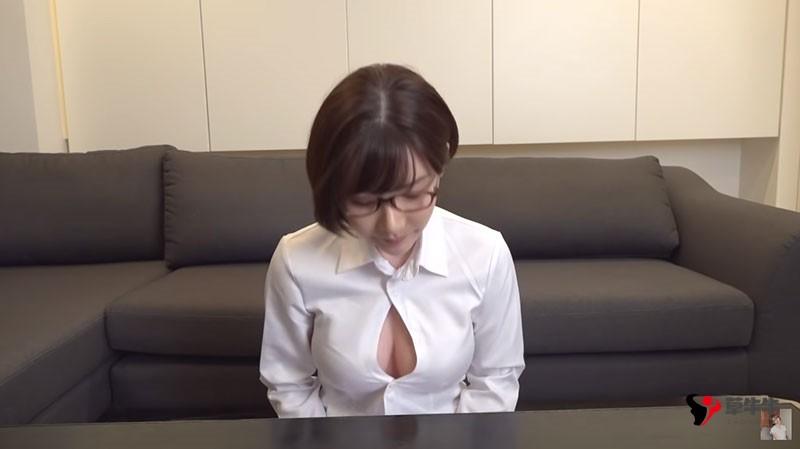 """【蜗牛扑克】道歉的时候要露出胸部是常识吧?""""深田えいみ""""示范最标准谢罪造型"""
