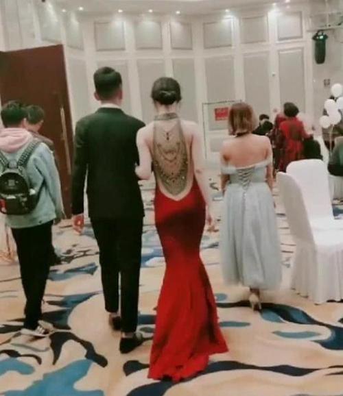 【蜗牛扑克】网红新娘结婚走红,背影简直满分,看到身旁伴娘后,网友:有心机