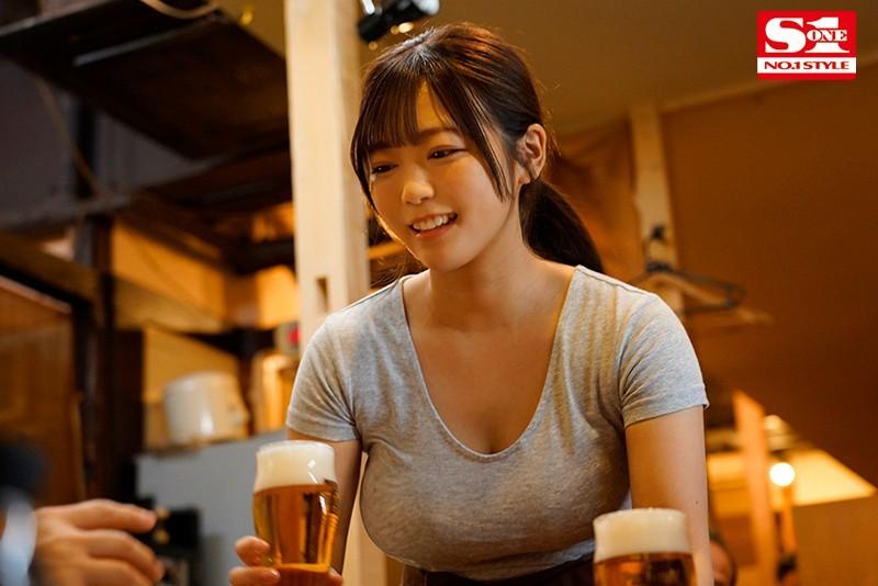 """【蜗牛扑克】赶不上末班车的居酒屋巨乳娘""""羽咲美晴"""",用身体报答老板今晚的收留…"""
