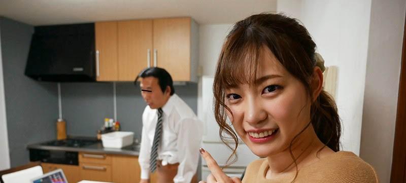 """【蜗牛扑克】痴女魂爆发!粉丝在家视讯会议,""""美谷朱里""""却在桌下帮吃肉肉!"""